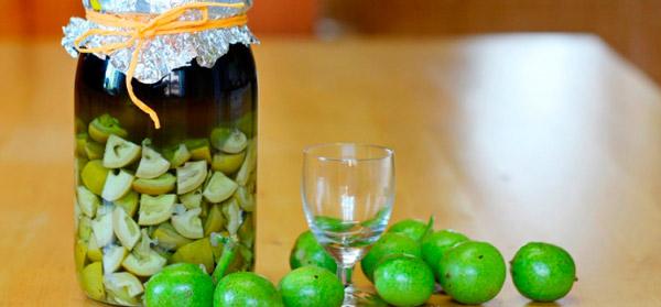 Настойка зеленых грецкого ореха на водке